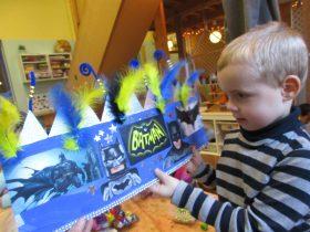 Kain koos een blauwe kroon met Batman op.